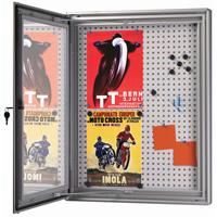 <li> Notitiebord voorzien van slot met sleutel<br><li> Achterwand magnetisch en kurk<br><li> Profielbreedte 70 mm. Kast dikte 50 mm<br><li> De deur valt in het profiel